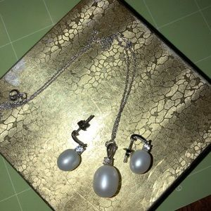 Jewelry - Pearl necklace with matching earrings